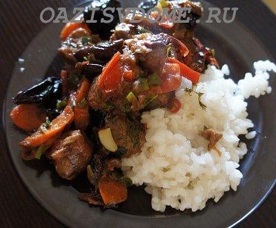 На фото тушеная с черносливом и морковью говядина