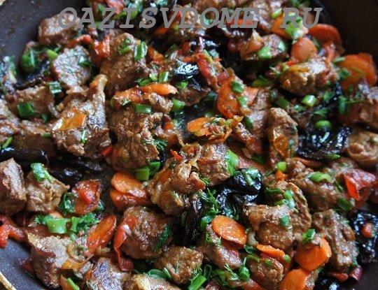 На фото готовая тушеная говядина на сковороде