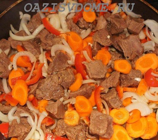 На фото говядина с морковью и луком