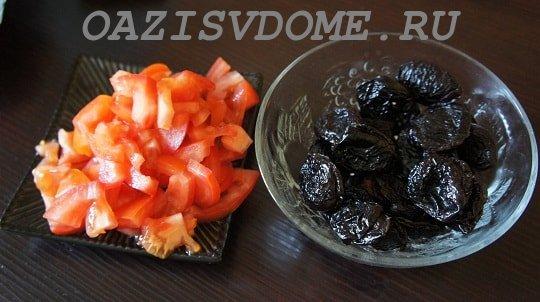 На фото чернослив и помидоры