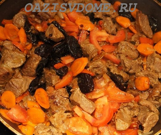 На фото добавление к говядине чернослива